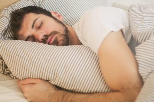 डॉक्टर ने जल्द नींद आने के लिए एक खास ट्रिक बतायी है जो सोशल मीडिया पर खूब वायरल हो रही है. (प्रतीकात्मक तस्वीर)