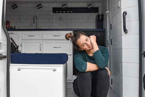 महिला की वैन में बाथरूम नहीं है इसलिए उसे पब्लिक टॉयलेट का प्रयोग करना पड़ता है. (फोटो: Instagram/@kenzklem)