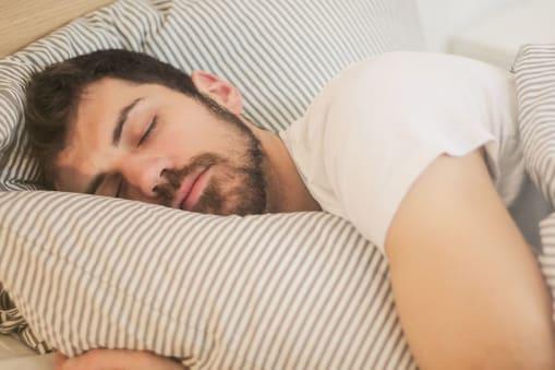 शख्स ने बताया कि जब वो कम सोने की ट्रेनिंग करता था तब नींद आने पर वो कॉफी पी लेता था. (प्रतीकात्मक फोटो)