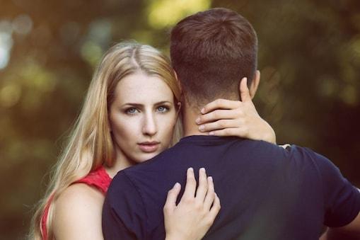 महिला ने बताया कि उनका रिश्ता एक बिजनेस मीटिंग की तरह है और वो रिश्तों की समस्याओं को हल भी वैसे ही करते हैं. (प्रतीकात्मक तस्वीर)