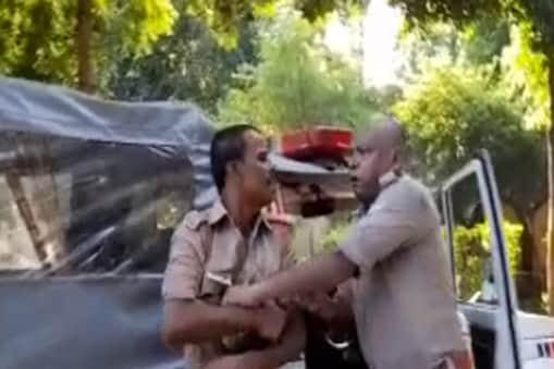 UP: मंत्री के एस्कॉर्ट में तैनात दो पुलिसकर्मियों में मारपीट (Photo: Video Grab)