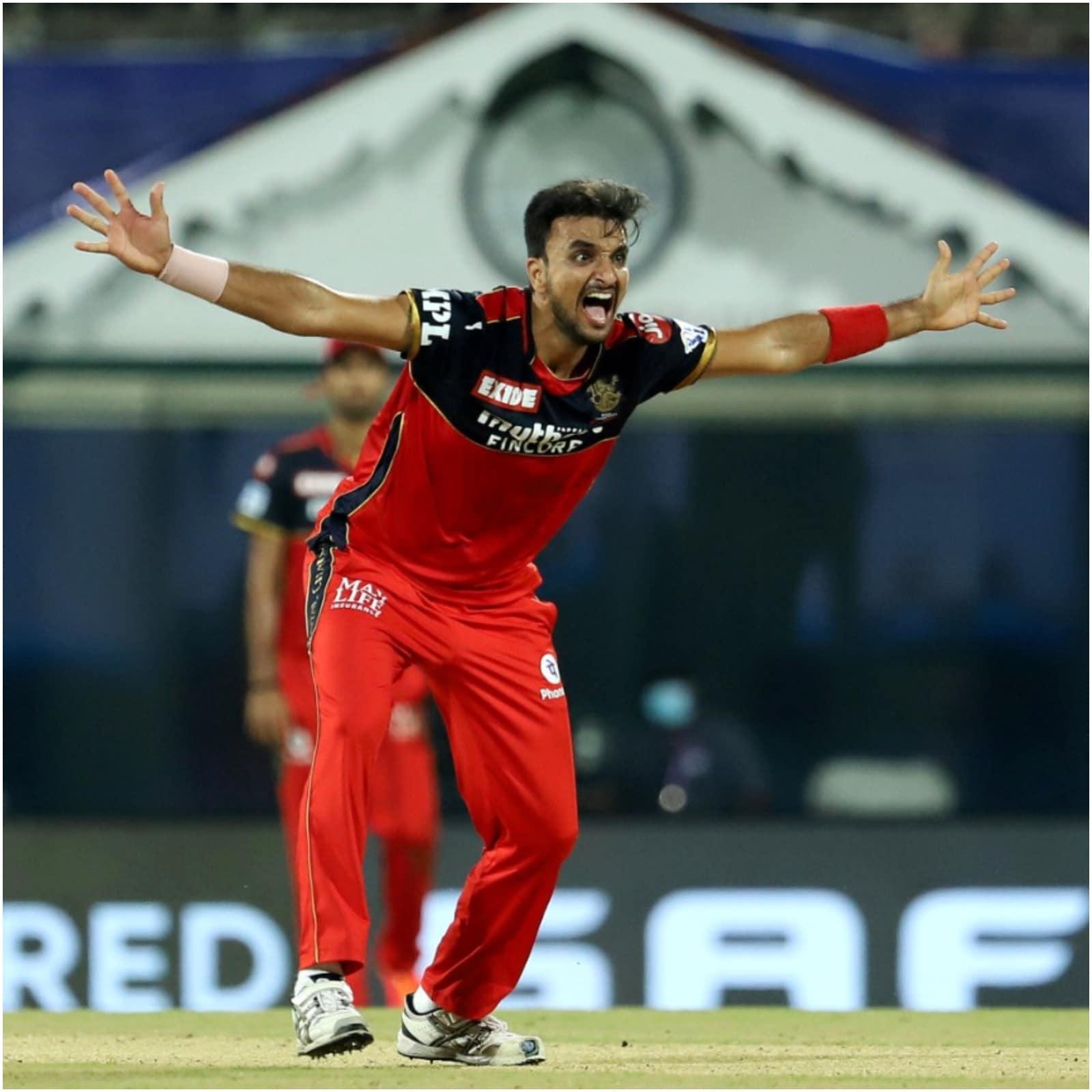 आईपीएल 2021 (IPL 2021) में रविवार को रॉयल चैलेंजर्स बेंगलोर और मुंबई इंडियंस (RCB vs MI) के बीच हुए मुकाबले में एक खास रिकॉर्ड बना. आरसीबी के तेज गेंदबाज हर्षल पटेल (Harshal Patel) ने इस मैच में हैट्रिक ली. उन्होंने मुंबई की पारी के 17वें ओवर में यह कारनामा किया. वो आईपीएल में हैट्रिक लेने वाले 17वें और आरसीबी के तीसरे गेंदबाज बने. उनसे पहले आरसीबी के 2 गेंदबाजों ने यह उपलब्धि हासिल की है. इसमें वेस्टइंडीज के सैमुअल बद्री (Samuel Badree) और भारत के प्रवीण कुमार (Praveen Kumar) शामिल हैं. (PTI)