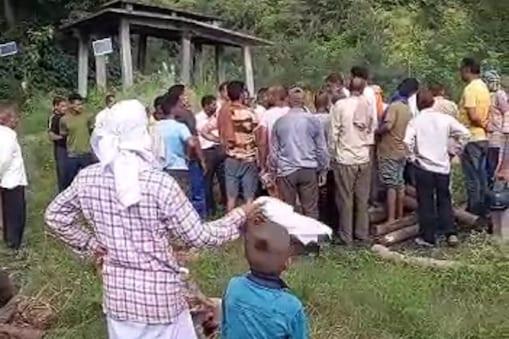 हमीरपुर में अंतिम संस्कार को लेकर विवाद हो गया.