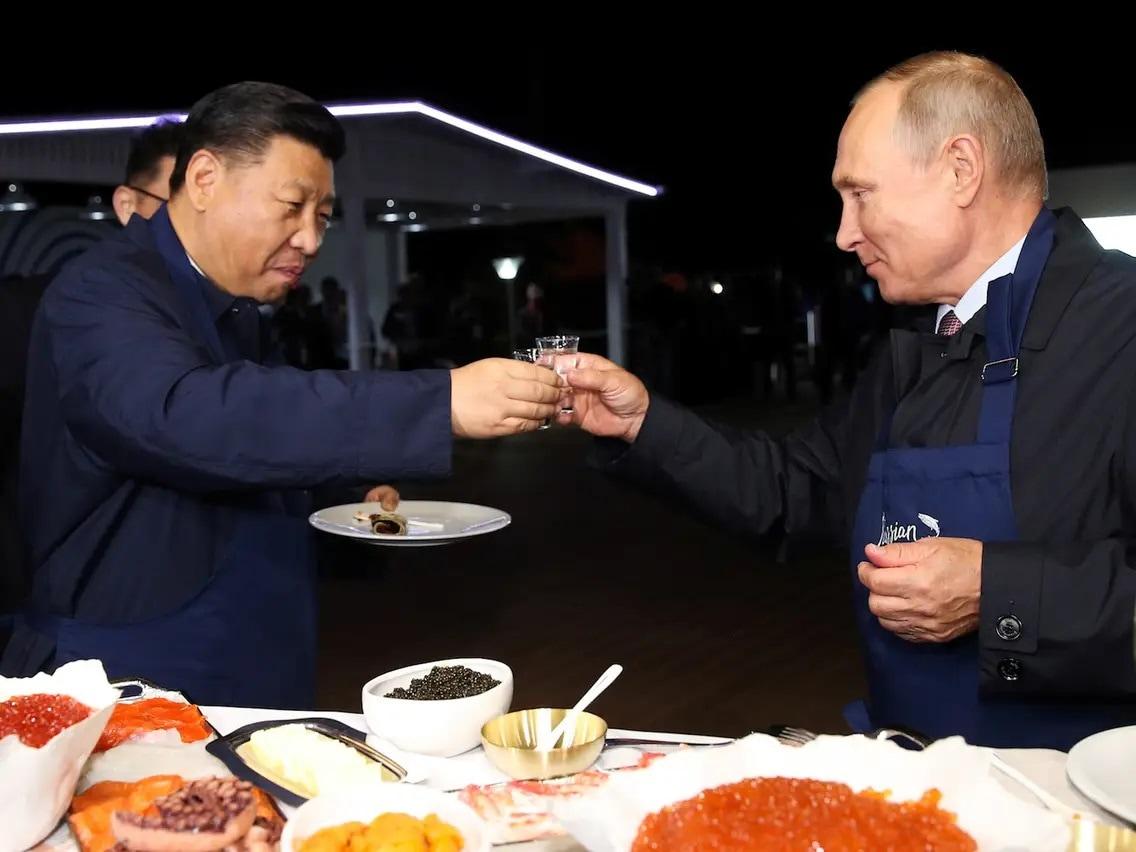 मीडिया रिपोर्ट में मार्च 2019 में जिनपिंग के इटली, मोनाको और फ्रांस दौरे का जिक्र क्रिया गया है. इसमें कहा गया है कि इस दौरे में गार्ड ऑफ ऑनर के तहत निरीक्षण के दौरान चीनी राष्ट्रपति लड़खड़ाते नजर आए. वह फ्रांसीसी राष्ट्रपति मैक्रों के साथ वार्ता के दौरान बैठते समय कुर्सी के हत्थे का सहारा लेते दिखे.