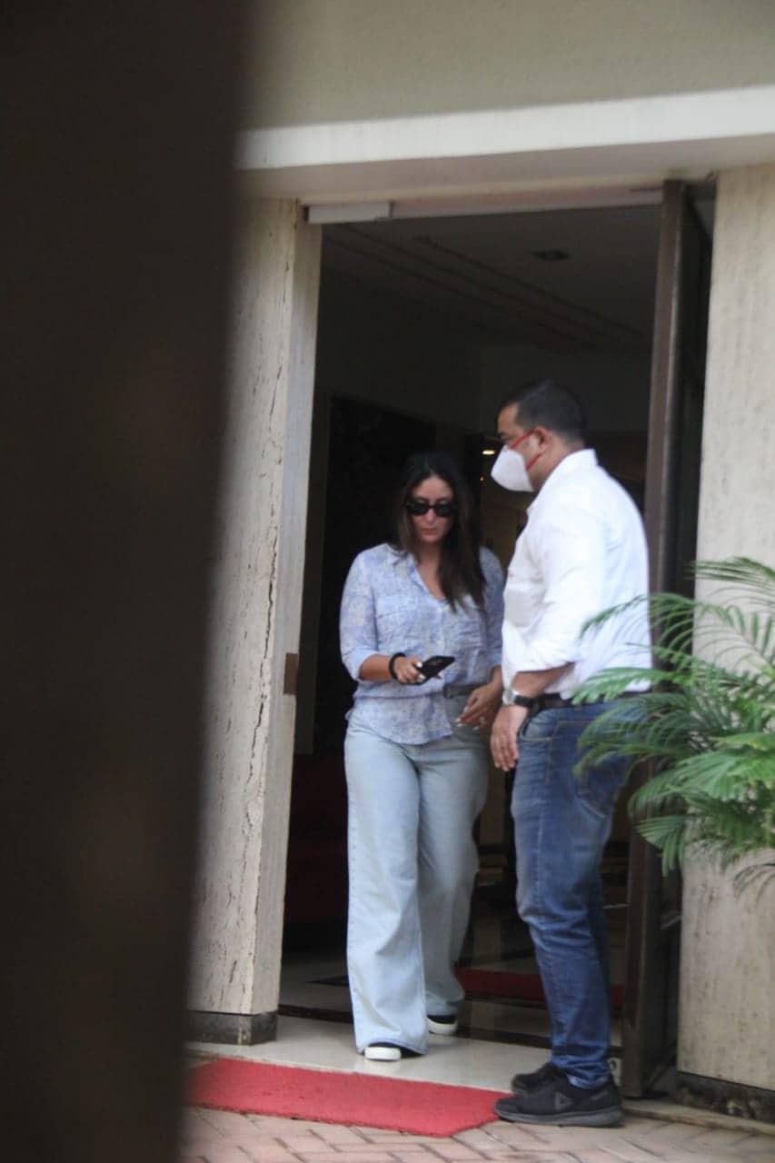 इन तस्वीरों को देखकर फैंस का कहना है कि करीना की चेहरे पर झुर्रियां साफ नजर आ रही हैं. (फोटो साभारः viral bhayani)