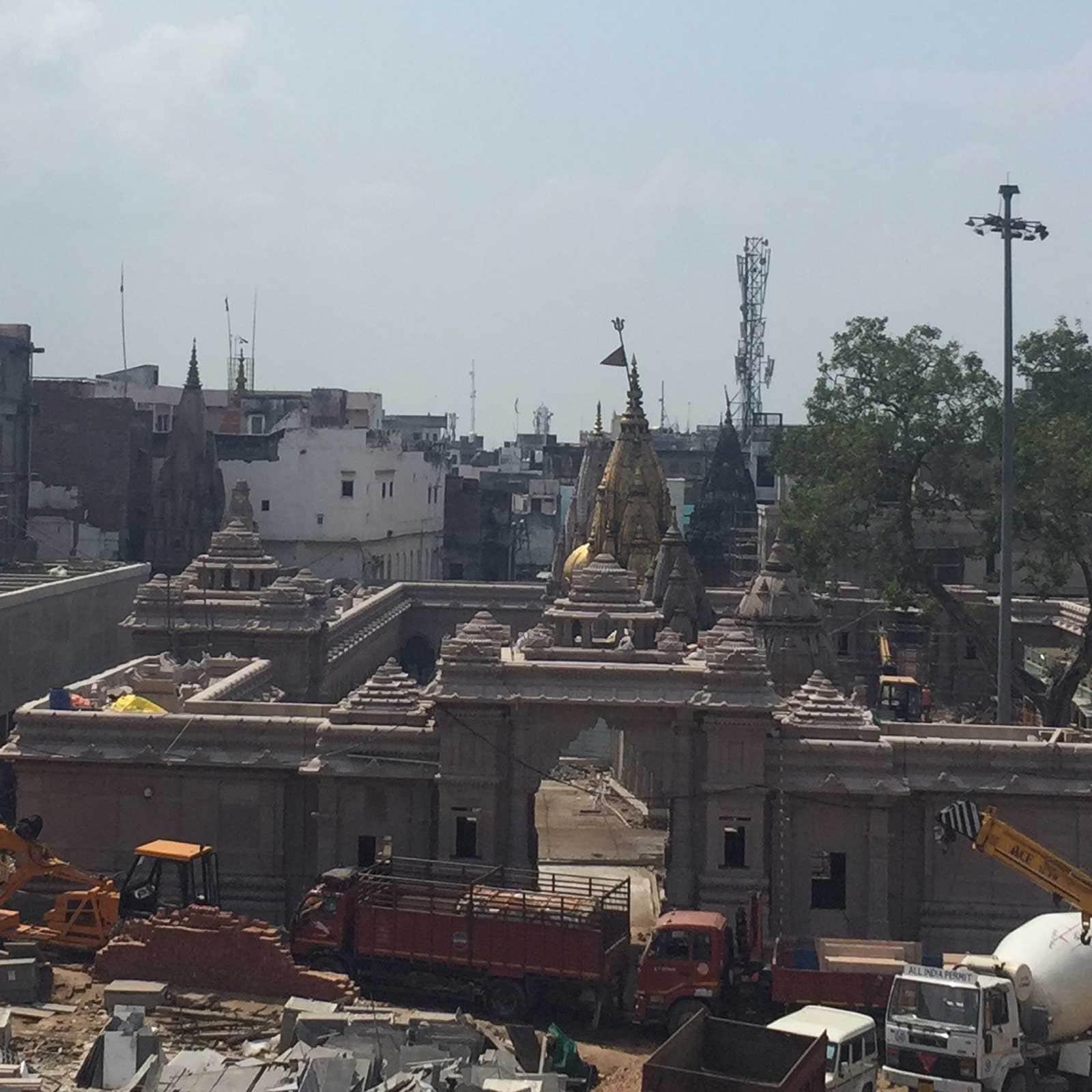 प्रधानमंत्री नरेंद्र मोदी के ड्रीम प्रोजेक्ट काशी विश्वनाथ कॉरीडोर (Kashi Vishwanath Corridor) में मंदिर चौक की तस्वीर सामने आ गई है. नक्काशीदार इमारतों और खंभे की गुलाबी आभा के बीच बाबा विश्वनाथ के स्वर्ण शिखर की छवि हर किसी को मोहित कर देगी.विश्वनाथ धाम और कॉरीडोर की शुरुआत से ही मंदिर चौक बनने को लेकर सभी की दिलचस्पी थी. बनकर कैसा दिखेगा मंदिर चौक, अब वो इंतजार खत्म होने को है. मंदिर चौक का पहला लुक या यूं कहें कि मूल स्वरूप सामने आ गया है.