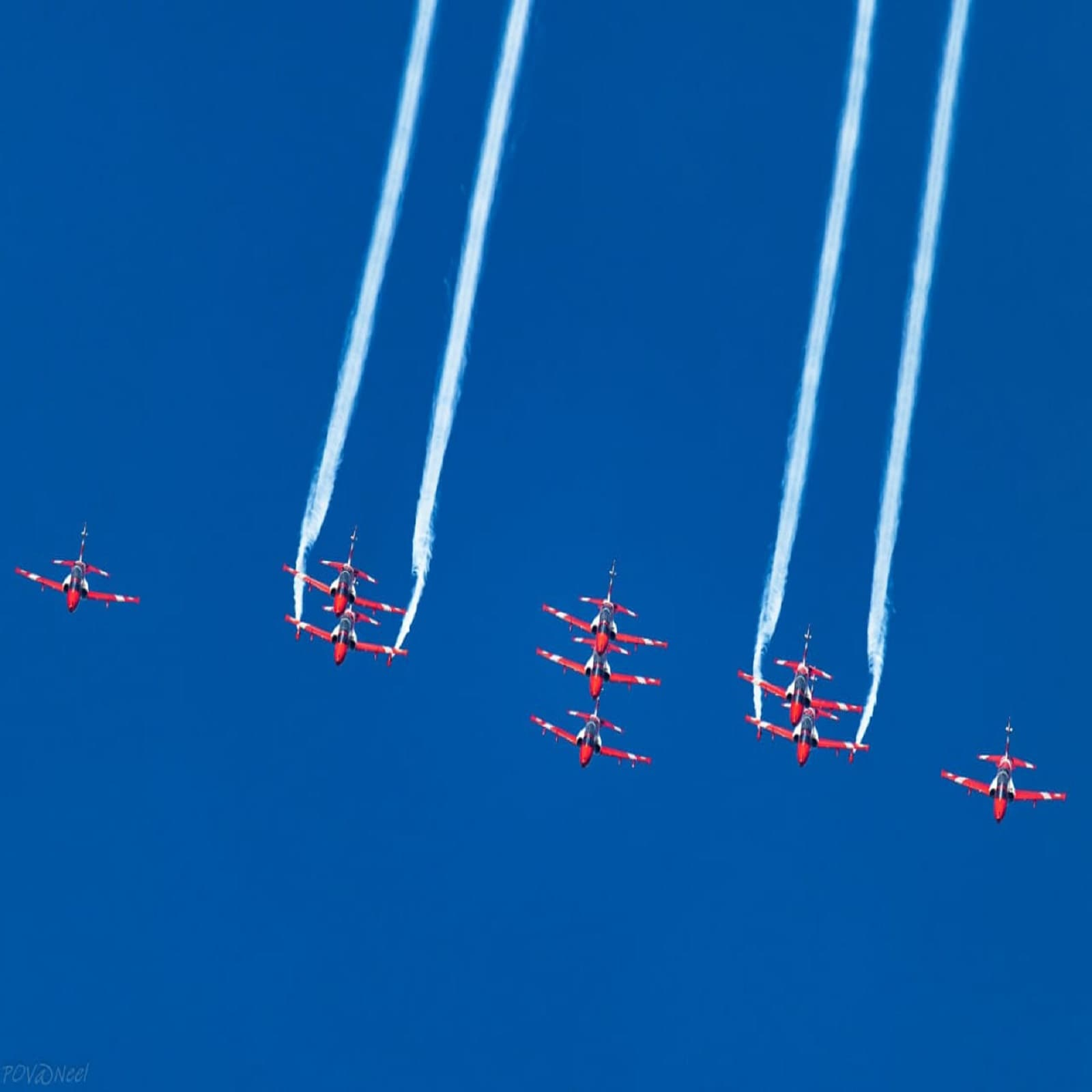 इस एयर शो में भारतीय वायुसेना के विभिन्न विमानों का फ्लाईपास्ट शामिल हुआ. दर्शकों ने पैरा-मोटर उड़ान और भारतीय वायुसेना की स्काई डाइविंग टीम 'आकाश गंगा' को भी देखा. (फोटो साभारः ट्विटर/@IAF_MCC)