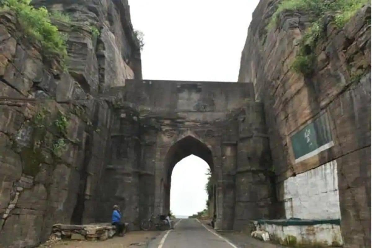 बजरंगगढ़ किले के पास दो इमारतें और हैं. इनका इस्तेमाल शिकार करने और निगरानी रखने के लिए किया जाता था. ये दोनों शिकारगाहें नदी के करीब और किले से 1 किमी दूर बनी हैं. बताया जाता है कि 50 साल पहले यहां घना जंगल मौजूद था. उस जंगल में ये दोनों इमारतें छिपी हुई थीं. किले की मरम्मत के लिए 2011 में बजट स्वीकृत किया गया. काम 2014 में शुरू हुआ. 1710 और 1720 के बीच इस किले का निर्माण राघौगढ़ के शासक धीरसिंह के बेटे विक्रमादित्य ने कराया था. 1776 में राजा बलवंत ने किले के मुख्य द्वार को बनवाया.