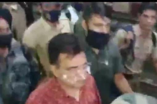 कराड रेलवे स्टेशन में किरीट सोमैया को हिरासत में लिया गया. (Pic- ANI)