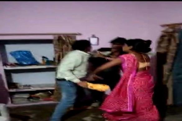 ललितपुर में महिला से घर पर मिलने पहुंचे युवक की पिटाई का वीडियो वायरल हुआ है.