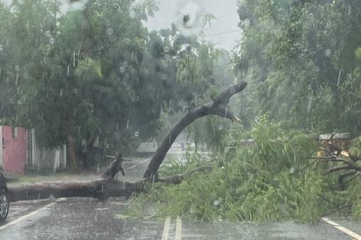 UP: लखनऊ में तेज बारिश ने जनजीवन अस्तव्यस्त कर दिया है.