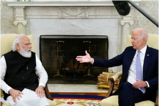राष्ट्रपति बाइडेन ने व्हाइट हाउस के ओवल ऑफिस में प्रधानमंत्री मोदी का स्वागत करते हुए कहा कि वे आज अमेरिका-भारत के संबंधों का एक नया अध्याय शुरू कर रहे हैं. (फोटो- PMO)
