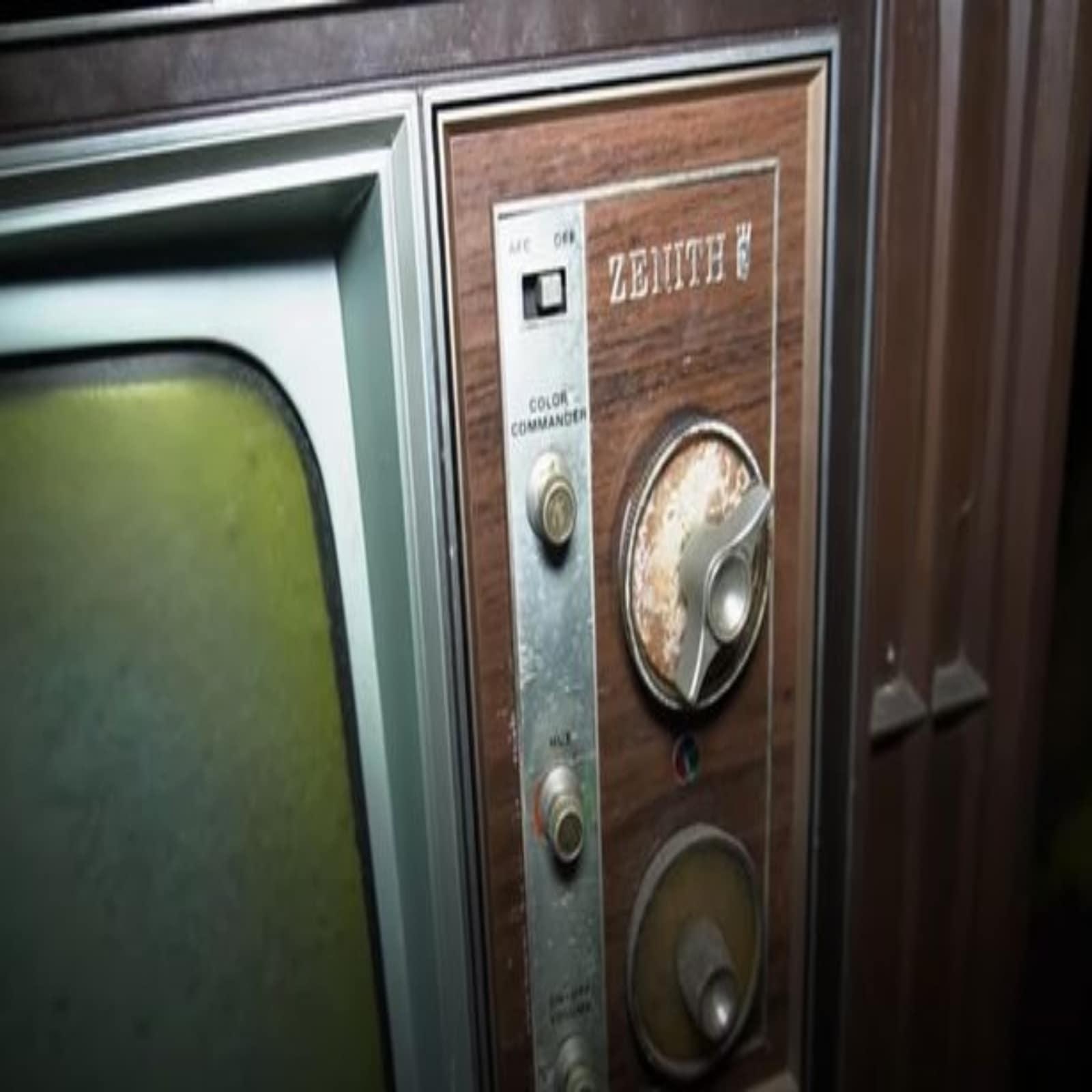 सालों पुराना टीवी अभी भी बिलकुल सही कंडीशन में कमरे में रखा हुआ था.
