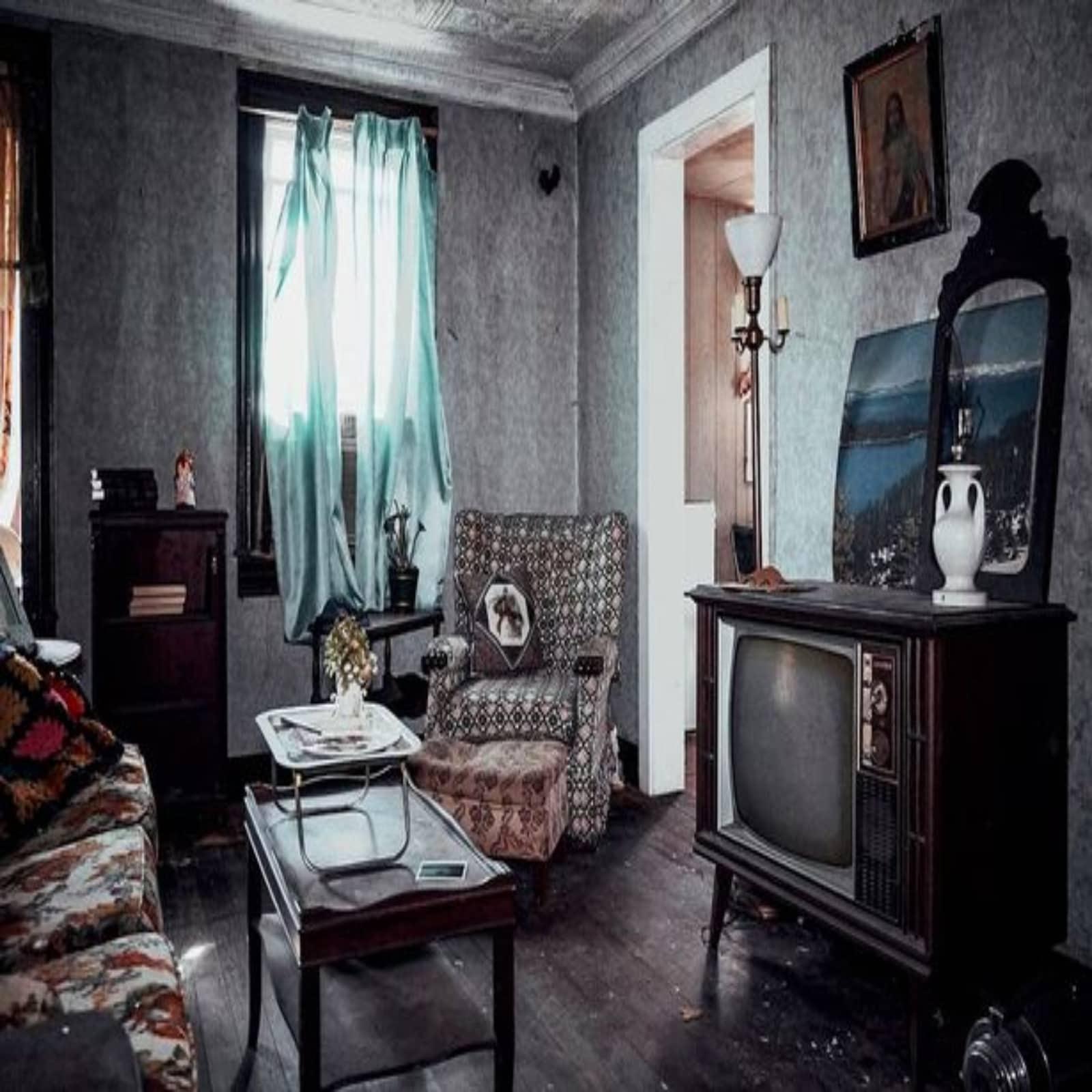 घर का लिविंग रूम इतने सालों के बाद भी अनछुआ था. कमरे में एक टीवी लगा था. साथ ही सोफे के आगे टेबल पर गुलदस्ता सजाया हुआ था.