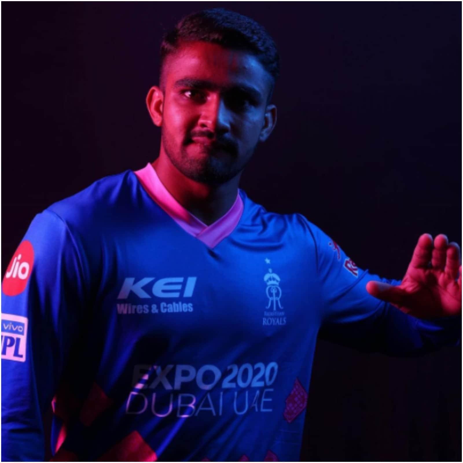 महिपाल लोमरोर ने बेहद ही कम उम्र में घर छोड़ दिया था. दरअसल जब वो 11 साल के थे तो उनके पिता ने उन्हें नागौर से जयपुर भेज दिया था. नागौर में क्रिकेट की सुविधाएं अच्छी नहीं थी तो कोच के कहने पर लोमरोर के पिता ने उन्हें जयपुर भेज दिया. लोमरोर के साथ उनकी बूढ़ी दादी भी जयपुर शिफ्ट हुईं और उन्होंने अपने पोते को पाला. (फोटो साभार-mahipal_lomror)