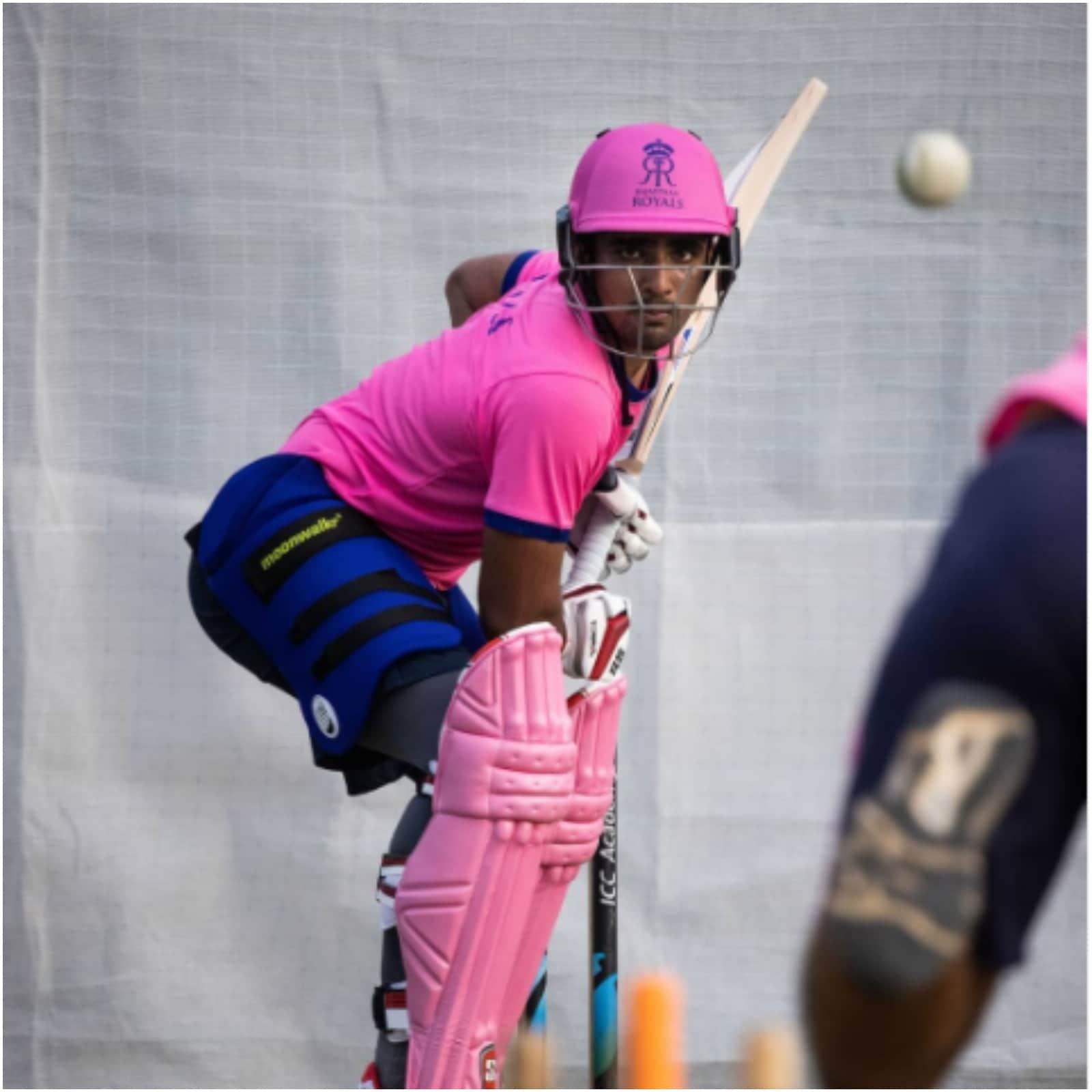 19 साल की उम्र में ही महिपाल लोमरोर राजस्थान क्रिकेट टीम के कप्तान भी बन चुके हैं. लोमरोर के आदर्श एडम गिलक्रिस्ट हैं और गेंदबाजी में वो रवींद्र जडेजा को अपना आयडल मानते हैं. .(फोटो साभार-mahipal_lomror)