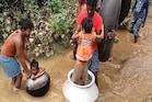 यह गांव है झारखंड का 'काला पानी', बारिश में देसी जुगाड़ ट्यूब-डेगची का सहारा