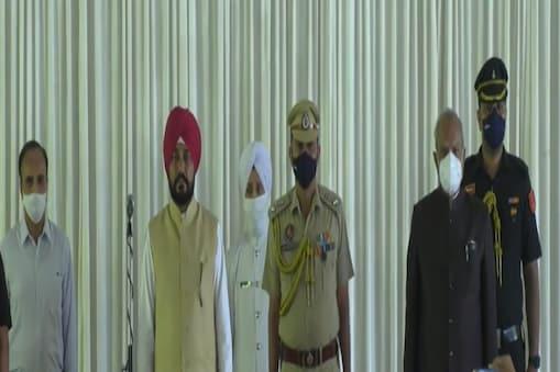 पंजाब सरकार के शपथ ग्रहण कार्यक्रम में राज्यपाल, सीएम चन्नी (फाइल फोटो)