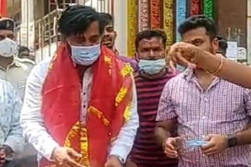 अभिनेता रवि किशन ने पहाड़ी मंदिर में केक काटकर पीएम मोदी का जन्मदिन मनाया.