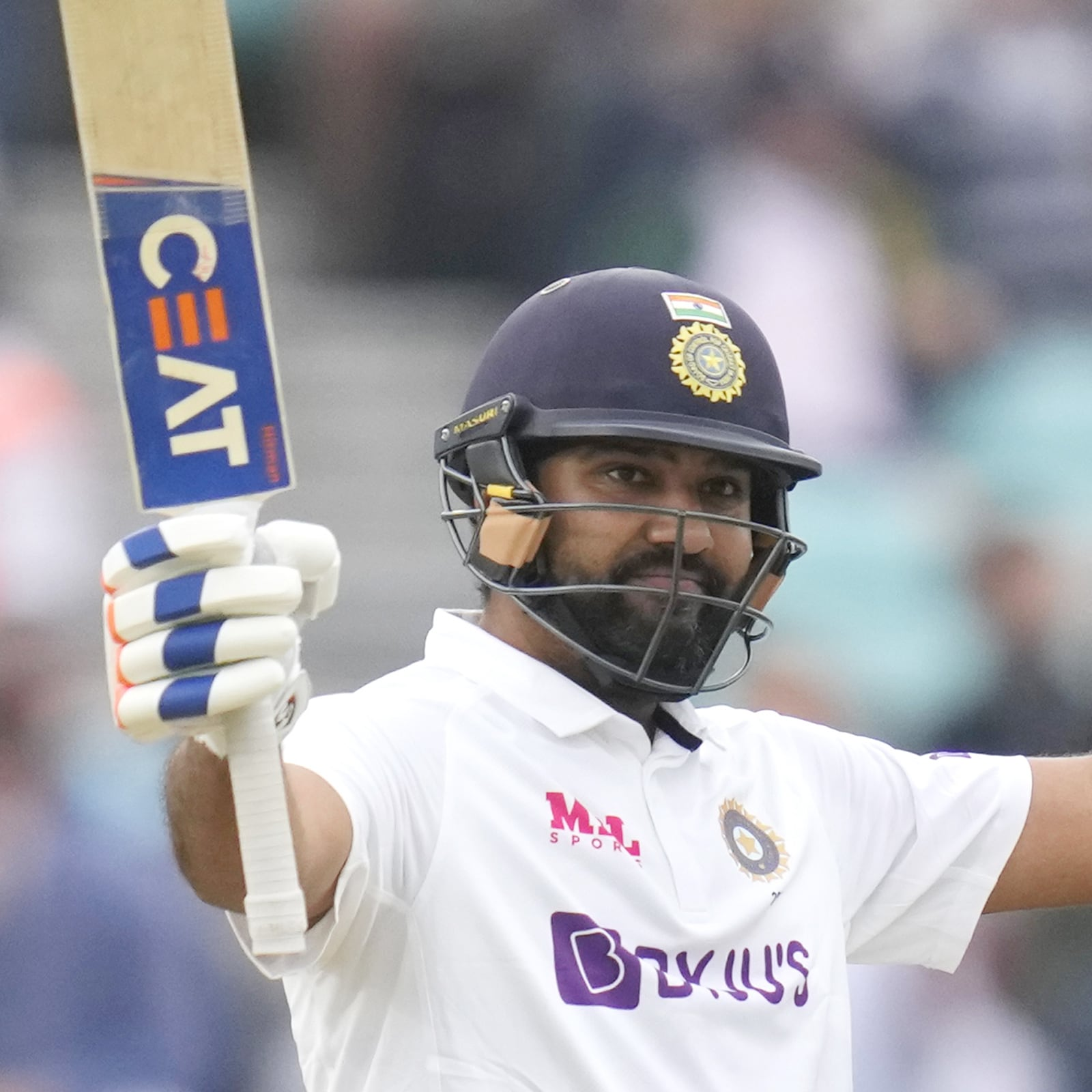 नई दिल्ली. भारतीय सलामी बल्लेबाज रोहित शर्मा ने इंग्लैंड के खिलाफ चौथे टेस्ट के तीसरे दिन शानदार बल्लेबाजी करके टीम इंडिया को मुश्किल से निकाला. उन्होंने द ओवल में 127 रन की पारी खेली. भारतीय ओपनर ने विदेशी सरजमीं पर पहला टेस्ट शतक ठोका और इसके बाद से ही उनका 3 साल पुराना एक ट्वीट तेजी से वायरल होने लगा. (AP)