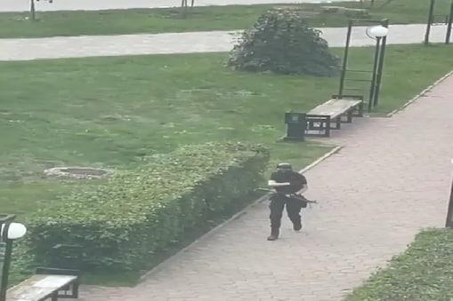 हमलावर की पहचान तिमूर बेकमांसुरोव के तौर पर हुई है. वह एंटरेंस से अंदर आते वक्त बंदूक में गोली भी भरते जा रहा था. (वीडियो ग्रैब)