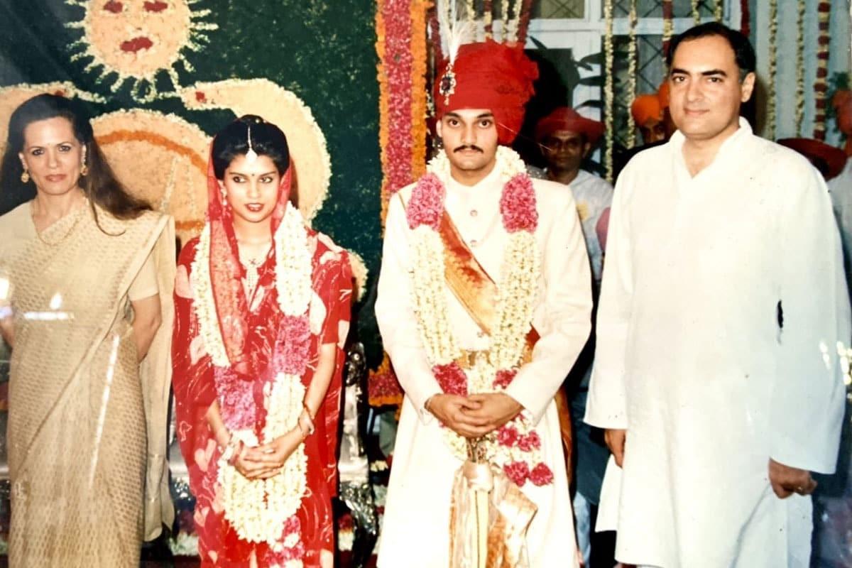 इससे पहले कांग्रेस के दो बड़े दिग्गजों के बीच रिश्तेदीर हुई थी. माधवराव सिंधिया और कर्ण सिंह की. सिंधिया ने अपनी बेटी चित्रांगदा सिंह की शादी कांग्रेस के वरिष्ठ नेता कर्ण सिंह के बेटे विक्रमादित्य से की थी. इस रिश्ते की प्रगाढ़ता की मिसाल दी जाती है.