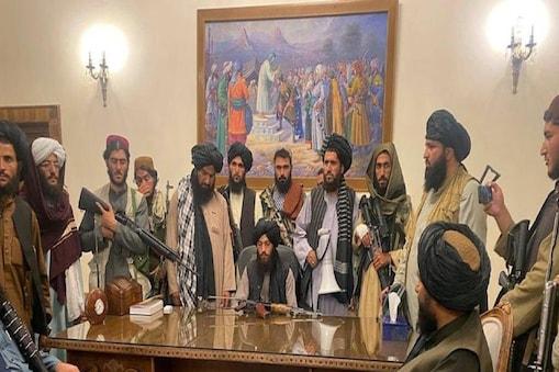 अफगानिस्तान पर कब्जे के बाद राष्ट्रपति भवन में तालिबानी (फाइल फोटो)