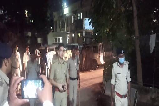 पटना में हुई हत्या की घटना के बाद मामले की जांच के लिए पहुंचे पुलिस अधिकारी