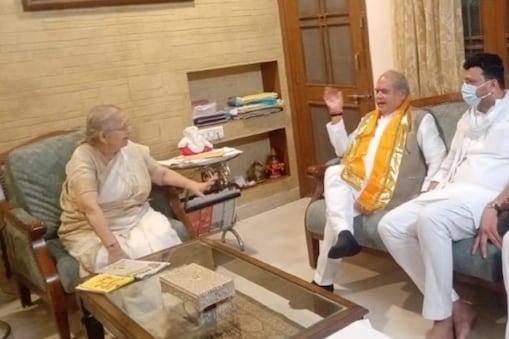 तोमर अपने इंदौर दौरे के दौरान ताई से भी मिलने उनके घर गए.