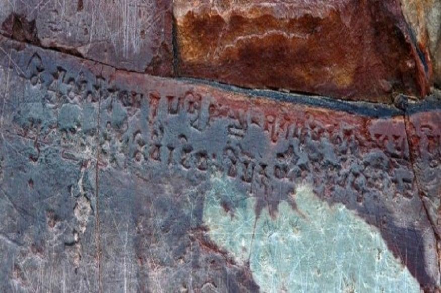 मौर्य शासक के समय बनी इस गुफा के दरवाजे पर स्थित चट्टान में शंख लिपि में कुछ लिखा है. इसके संबंध में यह मान्यता प्रचलित है कि इसी शंख लिपि में इस खजाने के कमरे को खोलने का राज लिखा है. इस बारे में कहा जाता है कि अगर कोई इस लिपि को पढ़ने में सफल हो जाता है तो वह सोन भंडार को खोल सकता है. कई जानकार तो यह भी कहते हैं कि इसके अंदर हमारी कल्पना से भी अधिक सोने का भंडार हो सकता है.