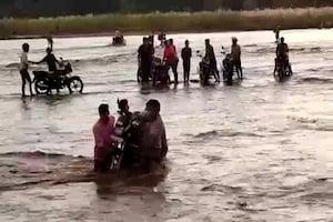 बिहार: न पक्की सड़क, न नदी पर पुल, मोटरसाइकिल को भी तैराकर करना पड़ता है पार