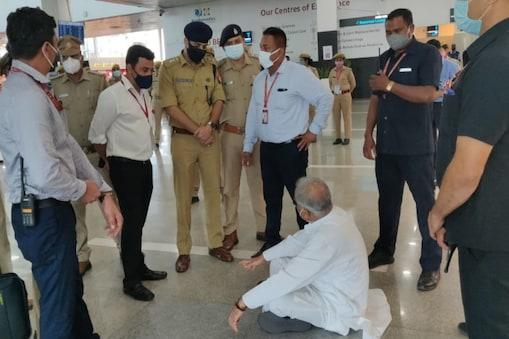 UP: लखनऊ एयरपोर्ट पर सीएम भूपेश बघेल को रोका गया तो वह धरने पर बैठ गए हैं.
