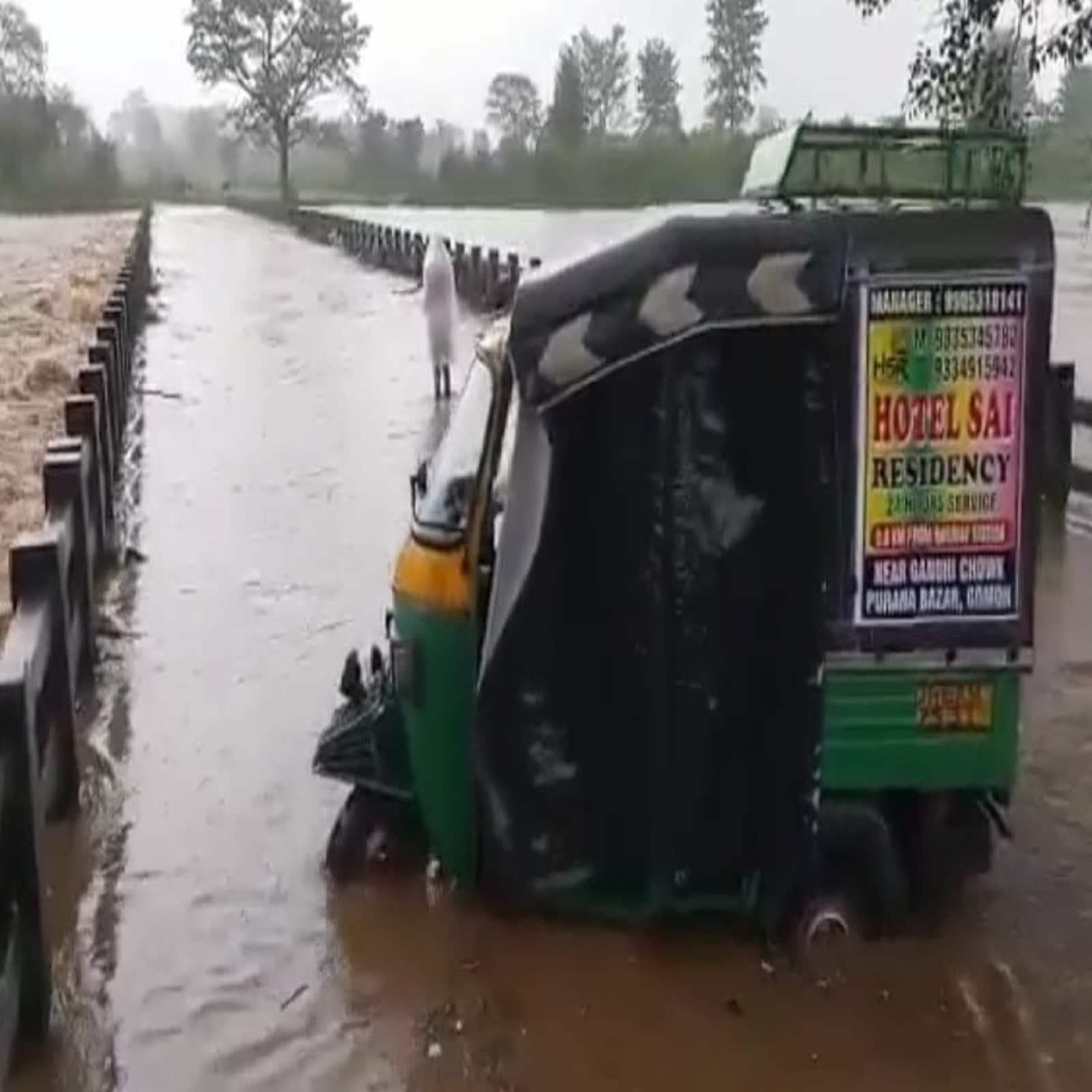 जमुनिया नदी के उफना कर सड़क के ऊपर से बह रही है. सड़क से गुजर रहे वाहन भी इसकी चपेट में आ गए. इससे आवागमन बुरी तरह से प्रभावित हुआ है. (न्यूज 18/संजय गुप्ता)