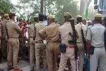 कांग्रेस नेताओं को UP पुलिस ने रोका, धरने पर बैठे झारखंड के मंत्री-विधायक