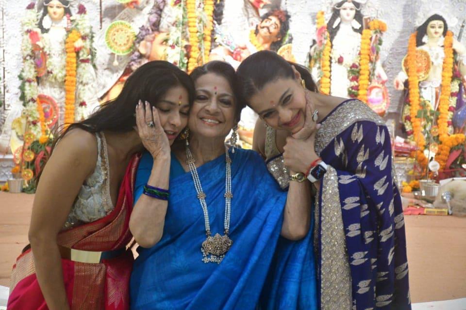 तनुजा नीले रंग की साड़ी में हमेशा की तरह खूबसूरत लग रही हैं. वह अपनी बेटियों और परिवार के साथ काफी खुश नजर आईं. (फोटो साभारः विरल भयानी)
