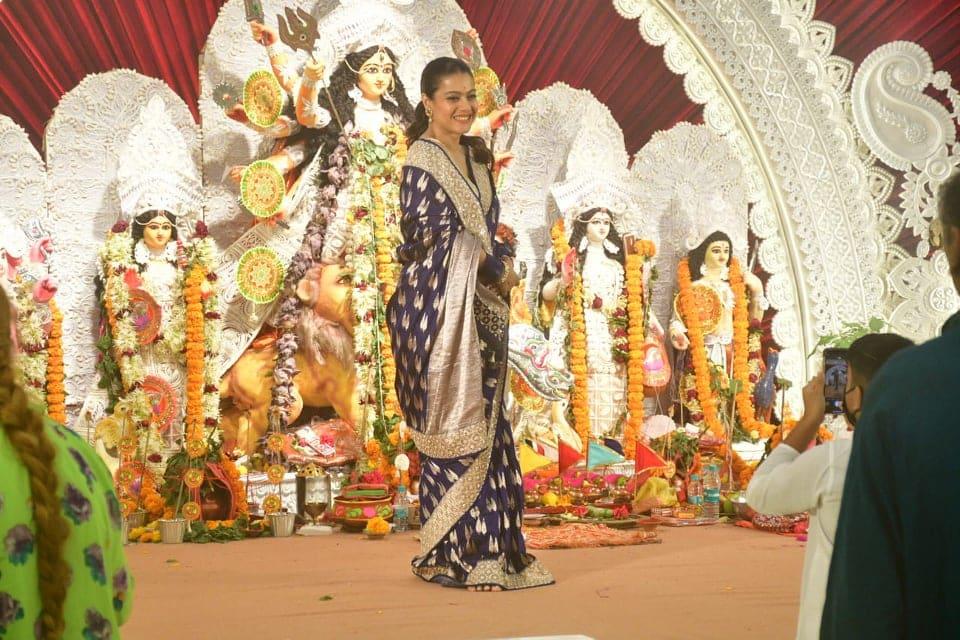 अष्टमी के मौके पर काजोल ने पर्पल साड़ी पहनी थी और वह बेहद खूबसूरत लग रही थीं. काजोल को पूजा में दोस्तों और परिवार के लोगों के साथ पोज देते हुए देखा गया. (फोटो साभारः विरल भयानी)