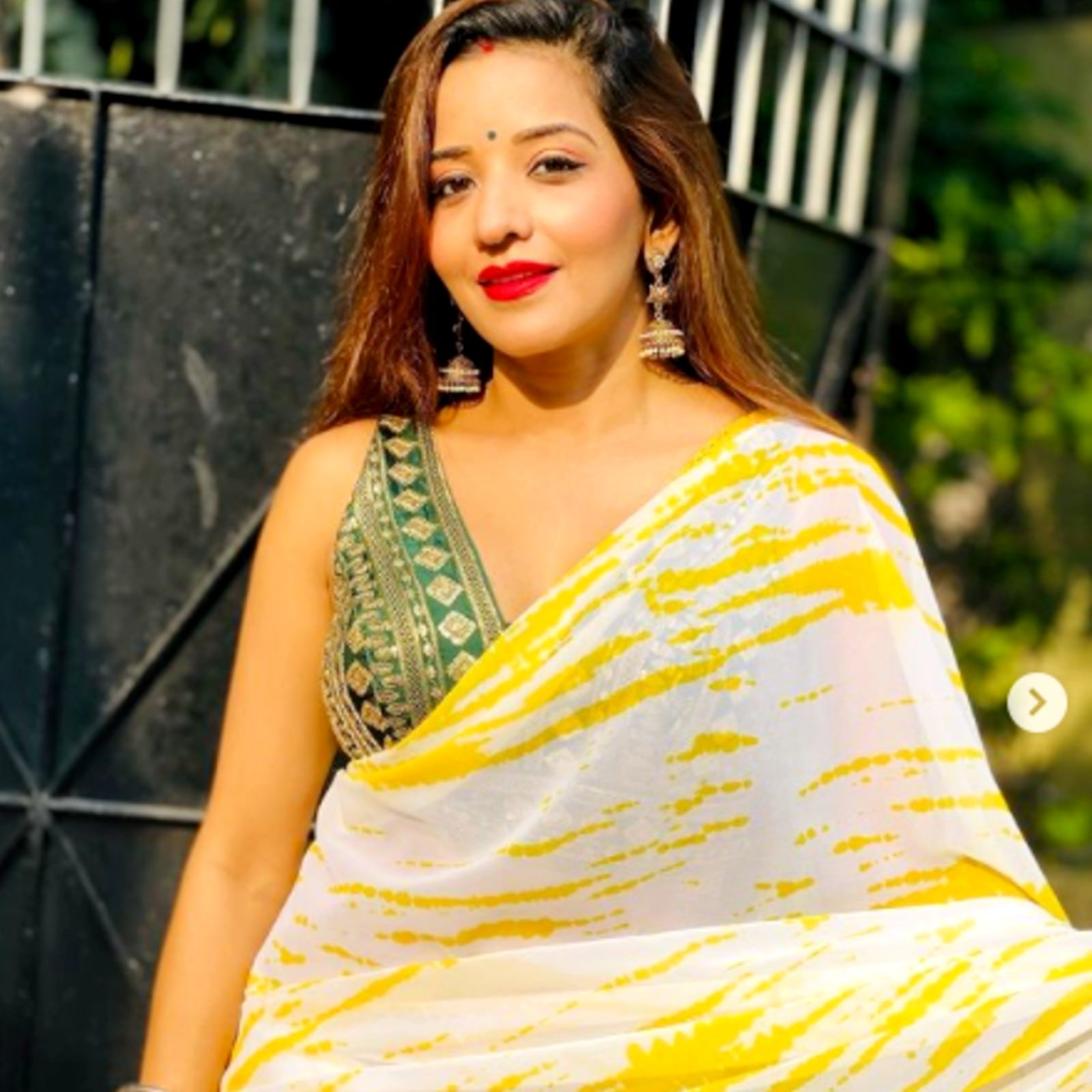भोजपुरी एक्ट्रेस और टीवी सीरियल 'नजर' (Nazar) में 'डायन' की भूमिका से फेमस मोनालिसा (Monalisa) सोशल मीडिया पर काफी एक्टिव रहती हैं. वो हर दिन खुद से जुड़े फोटोज और वीडियोज इंस्टाग्राम पर शेयर करती रहती हैं. जहां वो बीते कुछ दिनों पहले अपनी मालदीव वेकेशन (Maldives Vacation) की फोटोज को लेकर चर्चा में थीं. वहीं, अब उन्होंने साड़ी में अपनी कुछ फोटोज शेयर की हैं, जिसमें उन्हें शानदार अंदाज में देखा जा सकता है. फैंस उनके ट्रैडिशनल अंदाज (Monalisa Traditional look) को काफी पसंद कर रहे हैं.