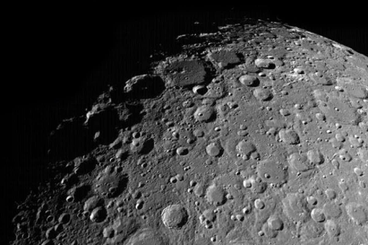 इस अध्ययन का एक प्रमुख नतीजा यह है कि इससे ग्रहों (Planets) की सतह की उम्र पता लगाने के लिए क्रेटर (Craters) की गनती की तकनीक की जांच हो सकी. वैज्ञानिकों का मानना है कि सतह पर ज्यादा क्रेटर का मतलब होता है कि वह भूभाग ज्यादा पुराना है और कम क्रेटर की मौजूदगी बताती है कि सह केवल हाल ही में बना है या विकसित हुआ है. लेकिन अब चंद्रमा (Moon) के मामले में इस तकनीक में और सटीकता लाने की जरूरत है. (फाइल फोटो)