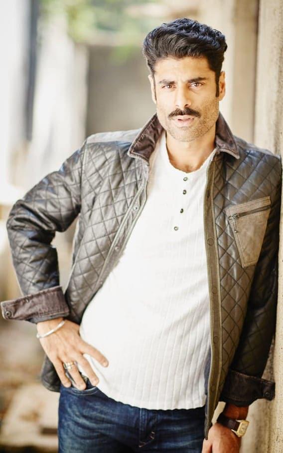 : सिकंदर खेर देव पटेल के निर्देशन में बनी पहली फिल्म 'मंकी मैन' में अपनी भूमिका निभाने के लिए पूरी तरह तैयार हैं. सिकंदर इस प्रोजेक्ट को लेकर बेहद उत्साहित हैं. (फोटो साभारः Viral Bhayani)