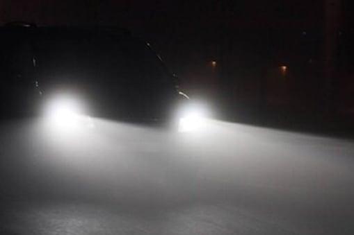 रात में ड्राइविंग के दौरान हाई बीम और लो बीम लाइट का जरूर रखें ध्यान.
