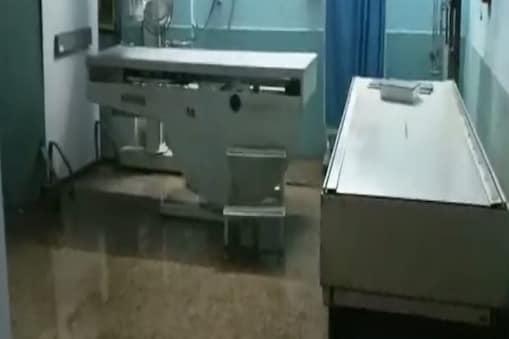 Dhanbad Weather Update: शहीद निर्मल महतो मेडिकल कॉलेज अस्पताल में बारिश का पानी घुसने से डॉक्टरों-मरीजों को मुश्किलों का सामना करना पड़ रहा है. (न्यूज 18)