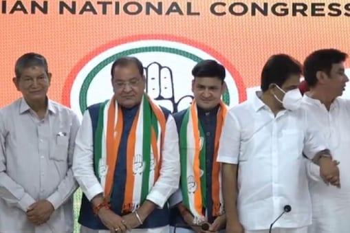 Yashpal Arya joins congress: उत्तराखंड के काबीना मंत्री यशपाल आर्य ने आज बीजेपी छोड़कर कांग्रेस में घर वापसी कर ली. उनके साथ बेटे संजीव आर्य भी कांग्रेस में आ गए हैं.