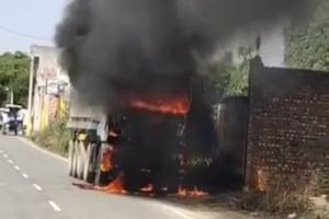 PHOTOS: बिजली की झूलती तारों के छूने से ट्रक में लगी आग, चालक ने कूदकर बचाई जान