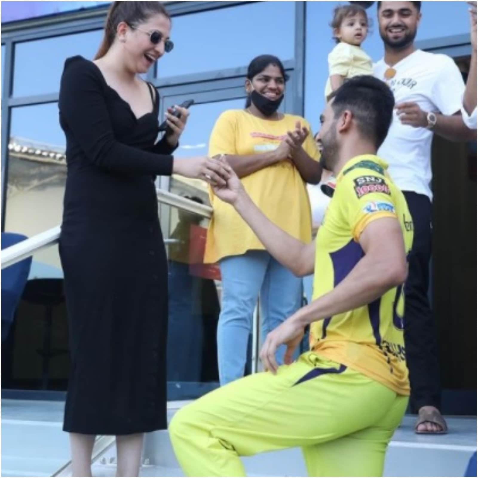 उन्होंने अपनी गर्लफ्रेंड जया भारद्वाज को घुटनों पर बैठकर अंगूठी पहनाई. चाहर के इस अंदाज पर उनके होने वाले साले और रियलटी शो बिग बॉस सीजन 5 के कंटेस्टेंट सिद्धार्थ भारद्वाज फिदा हो गए.(Deepak Chahar/Instagram)
