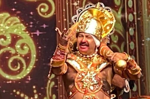 अयोध्या में आज रामलीला का 7वां दिन है. इसमें बिंदु दारा सिंह हनुमान का किरदार निभा रहे हैं.