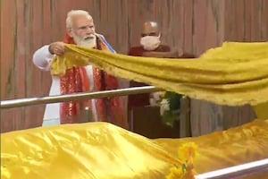 PHOTOS: कुशीनगर महापरिनिर्वाण मंदिर में PM मोदी ने किया पूजा, देशवासियों की तरफ भगवान बुद्ध को दान की चीवड़