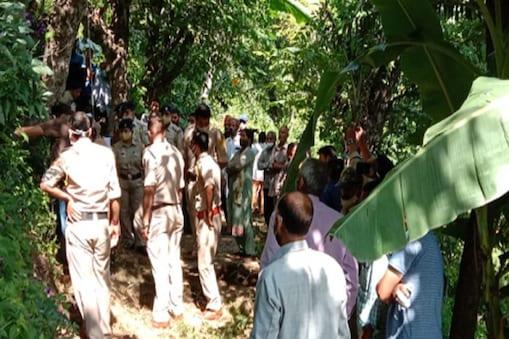 मृतक महिला का शव पेड़ पर लटका पाया गया.