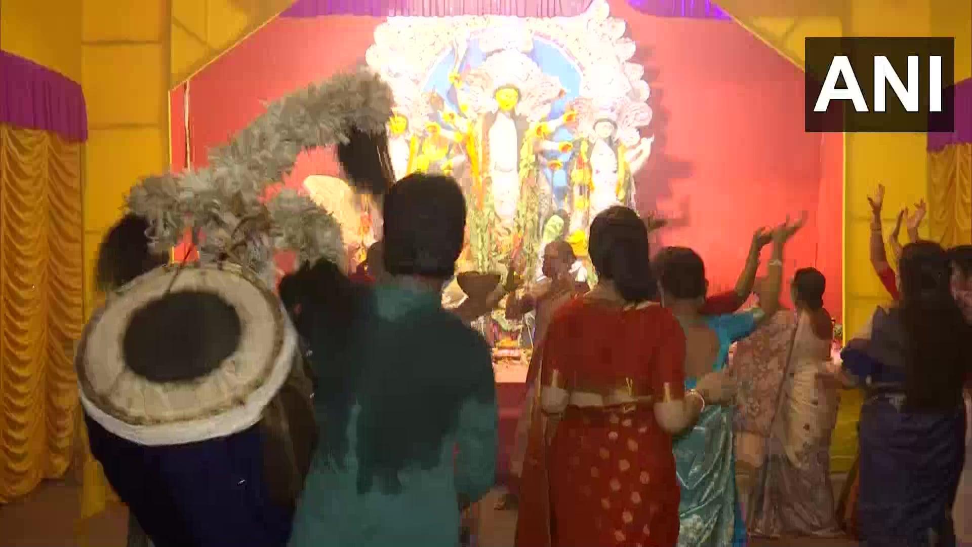 धुनुची डांस करते समय महिलाएं पारंपरिक लिबाज में नजर आईं. वहीं, छोटे बच्चे और पुरुष भी मां दुर्गा के दरबार में नृत्य करते हुए नजर आए.