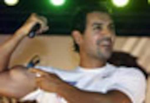 <a href='http://ibnlive.in.com/photogallery/1347.html'>In Pics: John Abraham's fans ask him to peel off shirt</a>