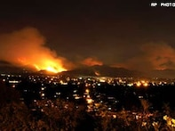 Wildfire threatens Los Angeles, hundreds flee homes